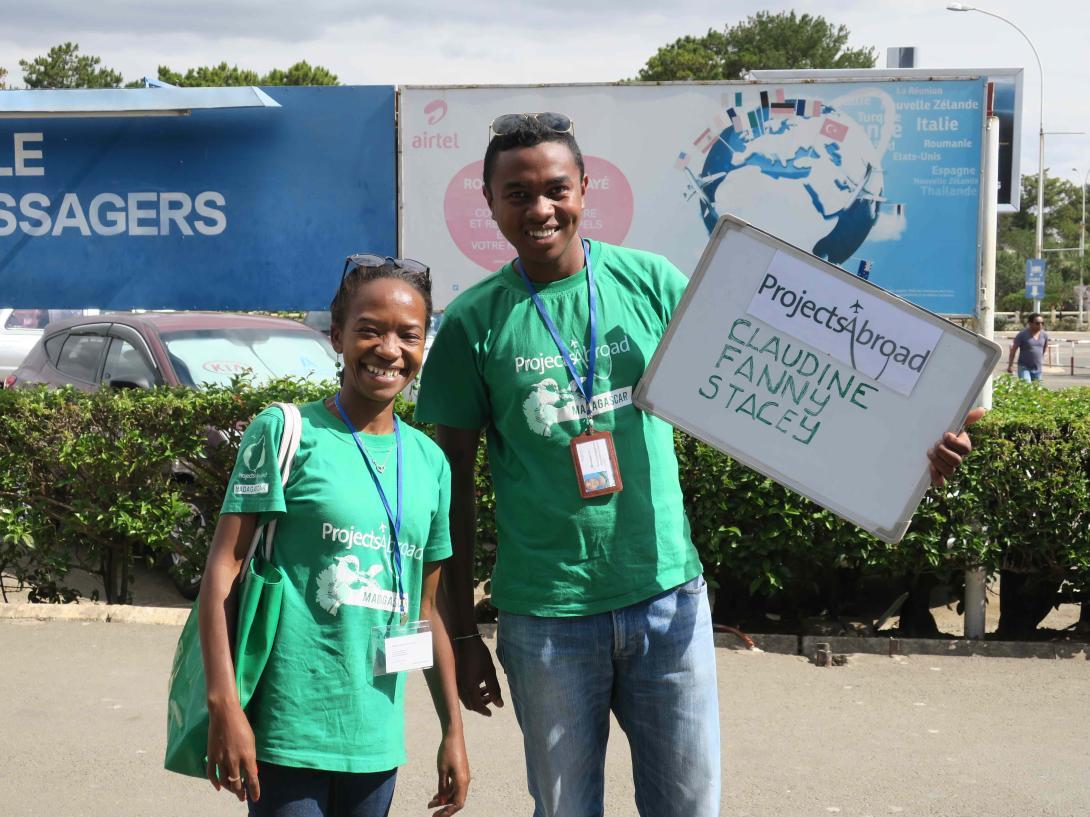Personal local en Madagascar recogiendo a un voluntario.